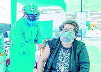 Cerro Verde entrega sillas y mascarillas a adultos mayores que se vacunan