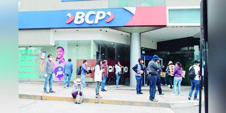 Ladrona suplanta identidad y retira 600 mil soles en efectivo del BCP Cayma en Arequipa