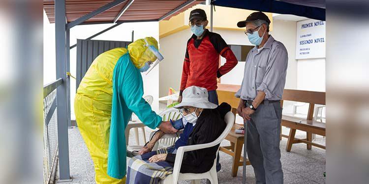 Suspenden vacunación a mayores de 80 años por el debate presidencial