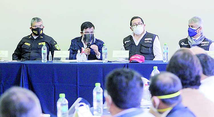 Bernardo Ostos se reunió en Arequipa con el gobernador Élmer Cáceres Llica, con autoridades locales, nacional de Salud y con el Ministerio de Desarrollo Agrario, Federico Tenorio