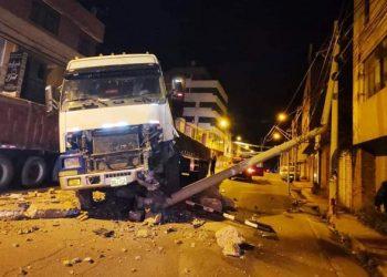 Tráiler ocasionó un corte de luz tras quebrar dos poster de mediana tensión en Puno