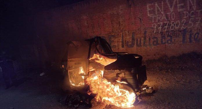 Hombre que sufrió un intento de robo quemó su moto para burlar a los malhechores
