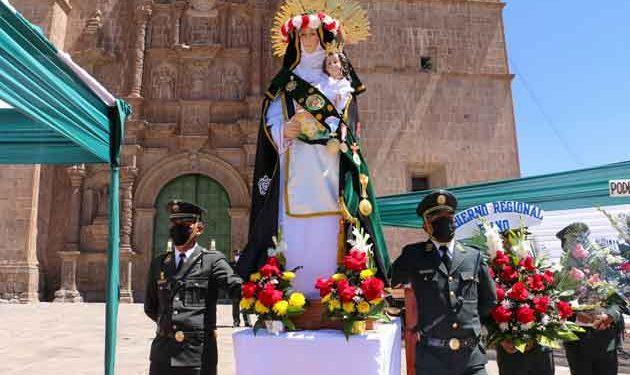 Policías y enfermeras veneran a su santa patrona en la ciudad de Puno