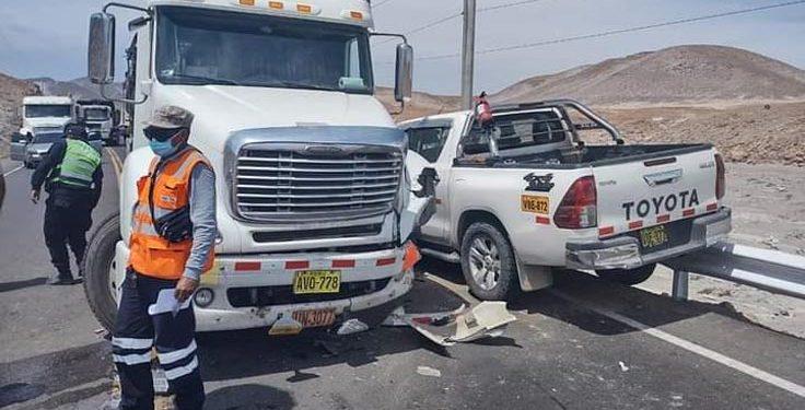 Pasajera quedó herida tras choque de camioneta con un tráiler en la vía Puno - Arequipa