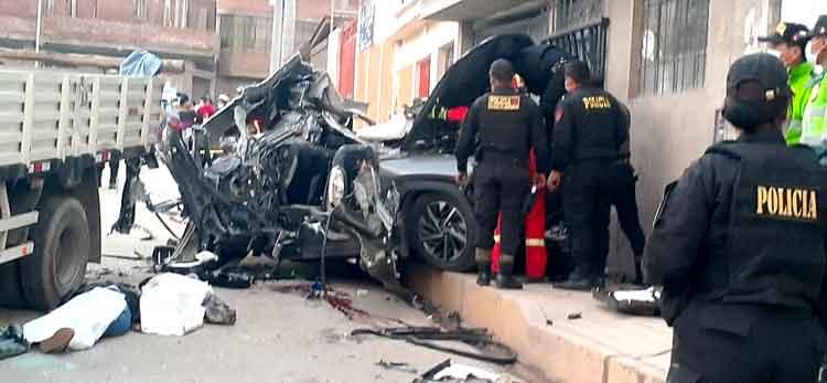 Puno: Camioneta que chocó contra un camión dejó 4 jóvenes muertos y heridos