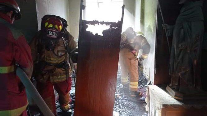 Juliaca: Incendio por corto circuito en colegio Santa Catalina generó alarma