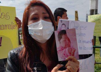 Familiares de bebé, que murió en accidente, piden que policía continúe en prisión