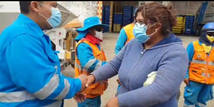 Arequipa: Personal de limpieza entrega 10 mil soles hallados dentro de la basura